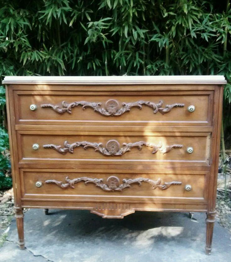 Petit mueble  Cómoda con mármol y tiradores de bronce