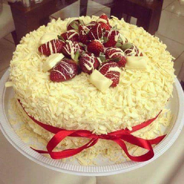 A Receita de Bolo de Chocolate Branco com Morangos é muito fácil de fazer e fica maravilhosa. Uma massa simples com creme branco com morangos e coberto com