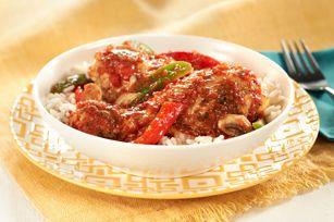 Hauts de cuisse de poulet tendre cuits à la mijoteuse, accompagnés de champignons, de poivrons et de tomates et servis sur un lit de riz bien chaud. Ce repas peut être fait à l'avance. Une solution parfaite pour les soirs de semaine occupés.