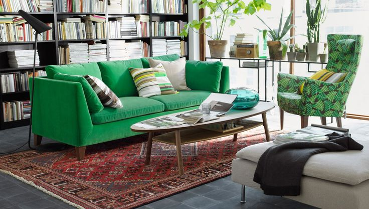 groene STOCKHOLM zitbank in een natuurlijke woonkamer.  I just love the general feel of this room. Love the sofa, do not like the chair. Love the glass desks like that at the window!!!!!!