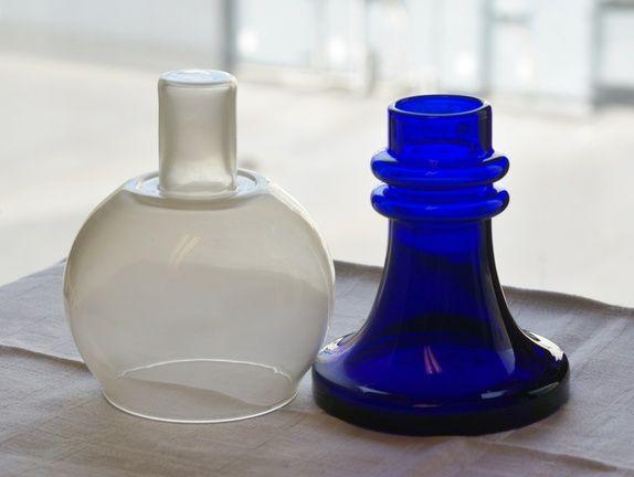 Hadeland - koboltblått og hvitt glass. H= 20 cm. Vekt 600 gr.