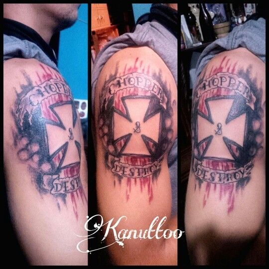 #kanuttoo #tattoo #tatu #tatuaje #ink #inked #arm #brazo #shoulder #hombro #man #hombre #cross #cros #cruz #destroy #chopper #ribbon #cinta #black #negro #red #rojo #gradient #degradado #letters #letras #writing #escritura #line #linea #vintage #vintage #antiguo #oldschool #stroke #trazo