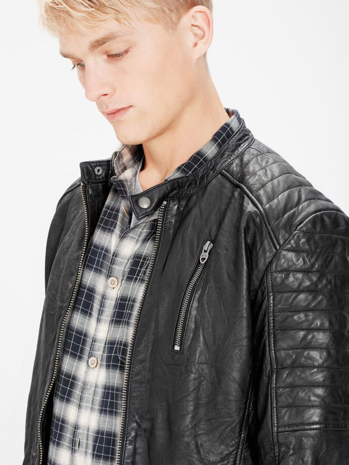 Slim fit black biker leather jacket in genuine lamb leather, treated for an authentic well-worn look. Shoulder and sleeves detail | JACK & JONES #vintage #jacket #leather #motorcycle #style