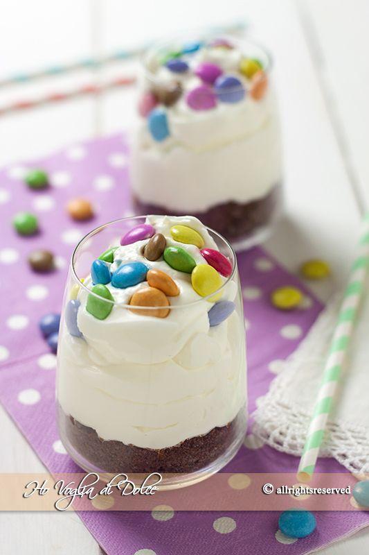 Bicchierini di cheesecake con smarties, senza colla di pesce e senza uova. Un dolce al cucchiaio senza cottura veloce e facile da preparare.