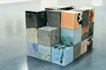 "Harald Braun - ""Balzac"", 2000 - 31 Kuben aus Beton, Zement, Farbpigmente, eingegossene Stoffe, Wolldecken, Fotos etc"