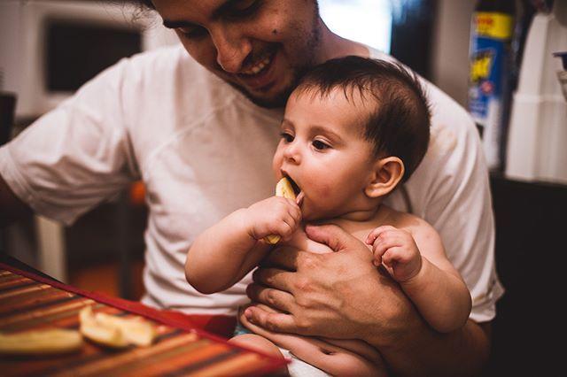 Escuchaste hablar de baby led weaning? Si desconocés el concepto y tenés un bebé de menos de 6 meses (o estás esperando uno) te recomiendo que empieces a googlearlo. Básicamente consiste en el hecho de no acercarle una cuchara con papilla a tu bebé sino de darle la comida en trozos blandos para que los tome con la mano. Sí así como lo estás leyendo: trozos a un bebé de al menos 6 meses para que se lleve a la boca con su propia mano.  Hace un año Helena empezó a comer y a pesar de todos los…