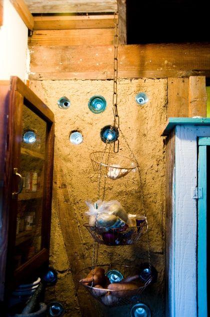 Detalhe de uma das paredes construídas com musgo espanhol (barba-de-velho) e argila, da casa da família M., em Louisiana, USA.  Fotografia: Randy Harris /The New York Times.
