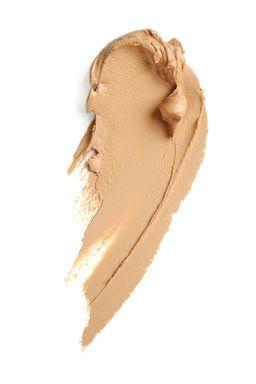 Зимой принято переходить с легких текстур на плотные, насыщенные. В макияже это в первую очередь означает смену тонального крема. Каким пользоваться в холодный сезон?