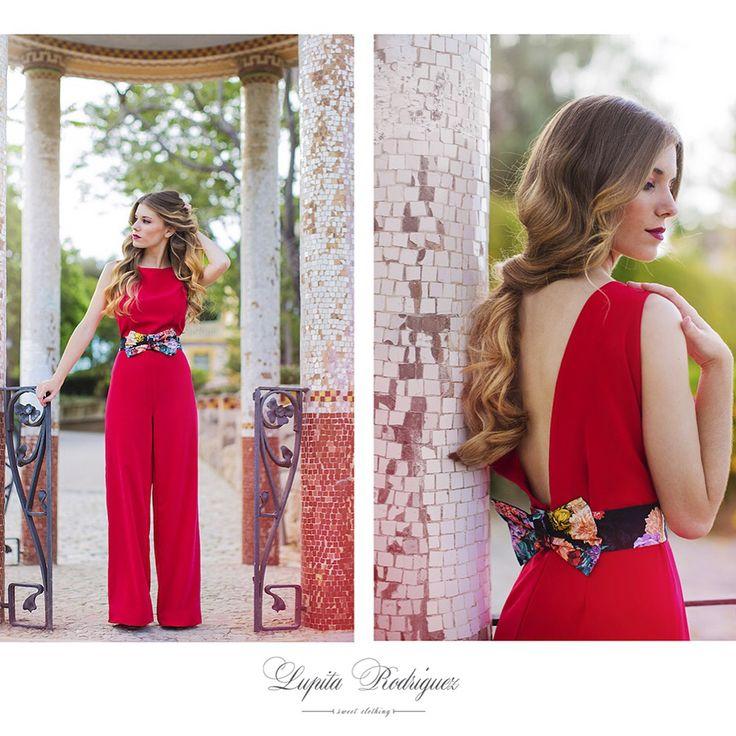 Nueva colección de Lupita Rodríguez 2015!!! Mono en crep rojo con espalda en forma de V, detalle del cinturón en forma de lazo y estampado floral.