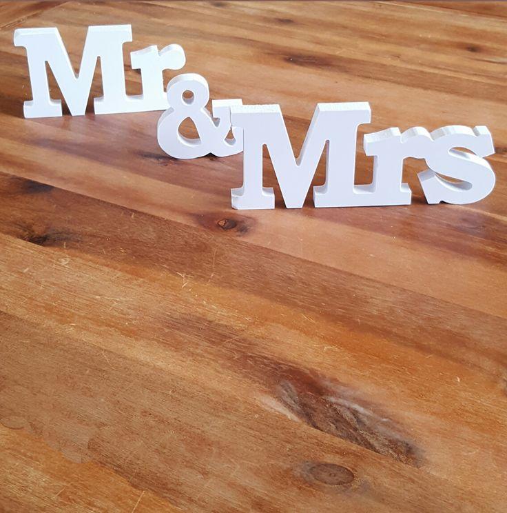 mr and mrs buchstaben hochzeit heiraten deko. Black Bedroom Furniture Sets. Home Design Ideas