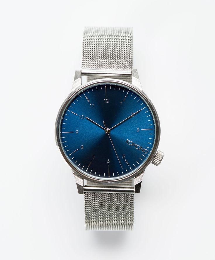 Winston Royal Silver/Blue klocka från Komono. Det här är en klocka som är tillverkad i rostfritt stål och som har justerbara meshband. Klockan har en blå urtavla med silverfärgade detaljer och visar timmar, minuter samt sekunder. Urverket drivs av japansk kvarts och klockan är vattentät upp till 3ATM.  Rostfritt stål Blå urtavla Justerbara meshband Urtavlans diameter: 41mm Vattenskyddad: 3 ATM Garanti: 1 år