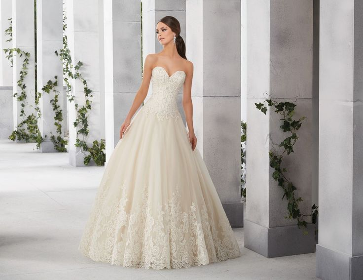 FRIEDA Efektowny tren i dekolt w kształcie serca, sukni ślubnej Madeline Gardner Idealnie wyprofilowany, przedłużony gorset z dekoltem w kształcie …