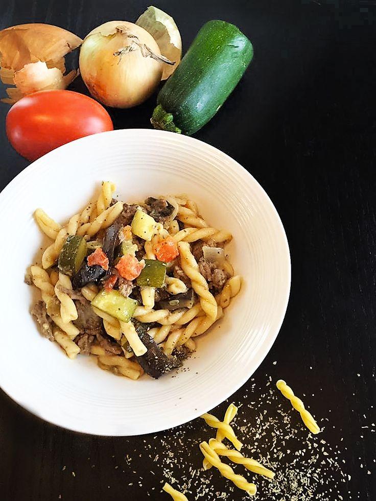 Quand les « one pot pasta » ont fait leurs arrivées sur les internets, je ne suis sûrement pas la seule à avoir eu de gros doutes quant au résultat final...Cette recette est devenue le repas facile à cuisiner qui me fait gagner du temps dans ma cuisine #YesPlease. C'est vraiment un délice! À faire et à refaire!
