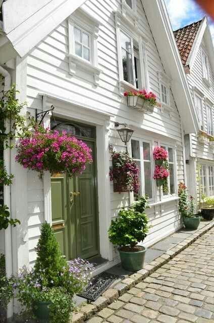 Auch ohne Vorgarten kann man es sich vor der Tür schön machen.