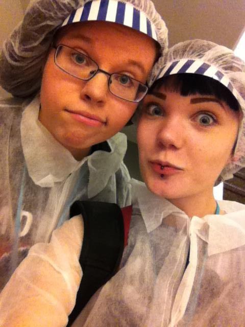 Ilona & Aada kävivät haastattelemassa Fazer-leipomossa työskentelevää kesätyöntekijää.