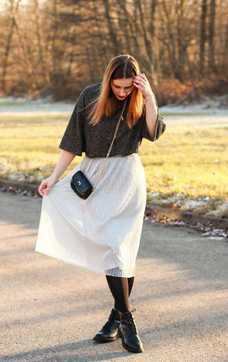 Mein zweiter Silvesterlook besteht aus einem Kleid, einem schönen silbernen Rock und schlichten schwarzen Boots.