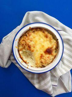 Bagt blomkålsmos. Et blomkål koges og blendes til mod. Tilsæt to æggeblommer og salt. Pisk to hvider stive og tilsæt. Drys med rasp og ost og bad 30 min. ved 220 grader