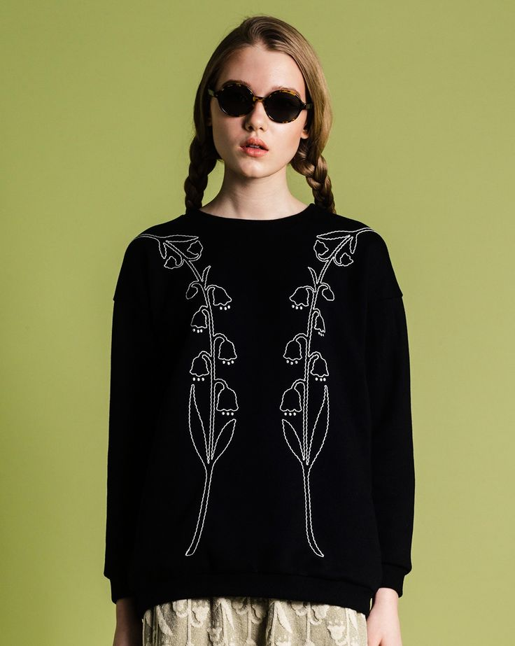 Oversized sweatshirt with Lily of the valley embroidery.  cotton 100%Made in Japansize 1 /size 2 Length: 68cm /71cmWidth: 55cm /59cmNeck point to Sleeve length : 76cm /82cm*This is an unisex item. Size 2 is a good fit for men too.