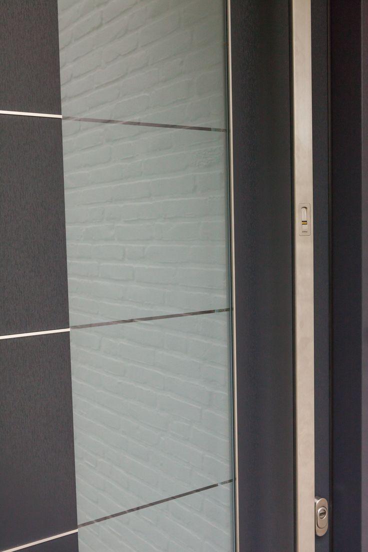 In de handgreep van deze voordeur zit een vingerscan. Nieuwe manier van binnenkomen. www.denkit.nl vraag naar de mogelijkheden voor een elektrische deur (motorslot)