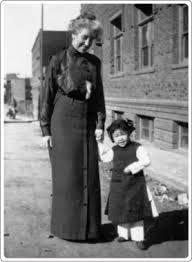 """""""Jamás se veían niñas solas en Chinatown por aquellos entonces, las familias las cuidaban celosamente porque en cualquier descuido podían desaparecer en los vericuetos de la prostitución infantil."""" Isabel Allende en """"Retrato en sepia"""""""