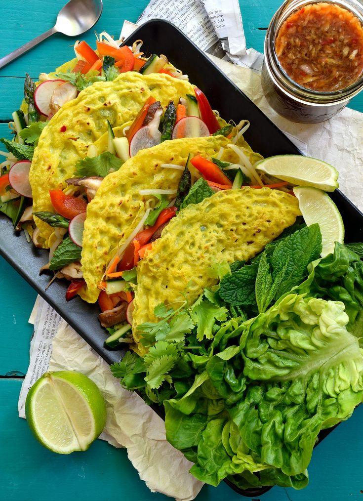 Crepes vietnamitas veganas (banh xeo) son deliciosas. Crepes crujientes con el sabor de coco rellenas de verduras frescas y envueltas en hierbas y lechuga.