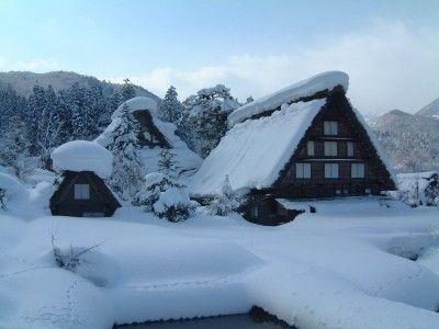 雪に埋もれた白川郷・合掌造りの建物(1)