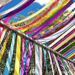 des bandes de papier crépon tout simples qui volent au vent accrochées de ci de là dans les arbres (couleurs vert, orange, rouge, jaune ? blanc ? )