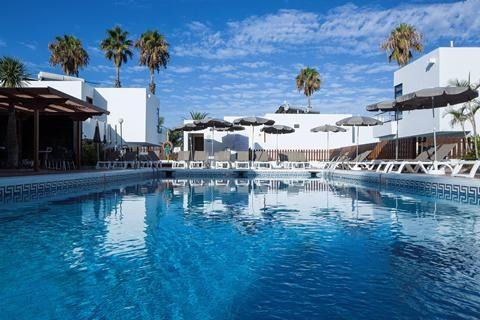 TIME TO SMILE Coral Dreams  In Playa de Las Americas voel je je direct welkom in TIME TO SMILE Coral Dreams. Hier heb je een op en top vakantiegevoel en zijn de bedden net zo zacht als thuis. Luxe en comfort kenmerken de ruime appartementen die in 2014 door topdesigner Paul Linse zijn ontworpen. Aan alles is gedacht: de badkamer is groot en heeft een inloopdouche ieder appartement heeft zijn eigen tuin of balkon. De paëlla tapas en sangria lonken in de restaurantjes op de boulevard van Playa…