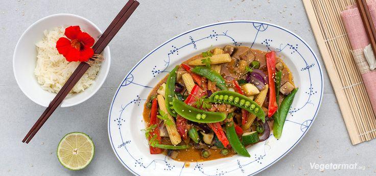 Sprø, friske grønnsaker med en litt sterk og litt søt peanøttsaus – enkelt å lage og så utrolig godt! Wok kan varieres i det uendelige med ulike grønnsaker og sauser. Denne er med en typisk thailandsk peanøttsaus. Varier grønnsakene ut fra hva du har eller har lyst på. Thailandsk mat er utrolig friskt og smakfullt og ofte helt vegansk, eller lette å tilpasse til å bli det. Prøv denne smakfulle vegetarretten eller en av våre mange andre vegan- og vegetaroppskrifter.
