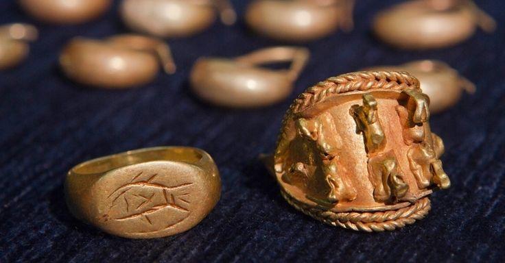 A imagem mostra joias antigas descobertas por arqueólogos israelenses e apresentadas na Universidade de Tel Aviv. O esconderijo com as peças raras foi encontrado próximo do local do Armagedon bíblico, no norte do país. Israel Finkelstein, que co-dirigiu a escavação, afirmou que a descoberta oferece um vislumbre da sociedade de Cananéia. As joias de 3.000 anos foram encontradas dentro de um vaso de cerâmica, sugerindo que o proprietário as escondeu antes de fugir