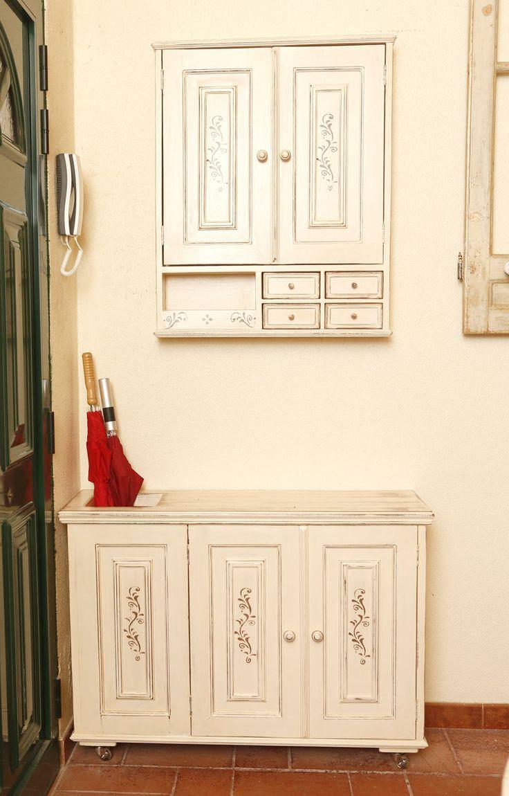 Conjunto do armário de parede e armário com rodinhas, cacifo para guarda chuvas e duas portas para guardar sapatos.