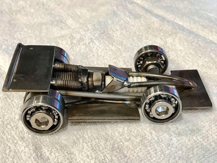 cette voiture de course est une sculpture d art bas e sur une voiture indy ou une voiture d une. Black Bedroom Furniture Sets. Home Design Ideas