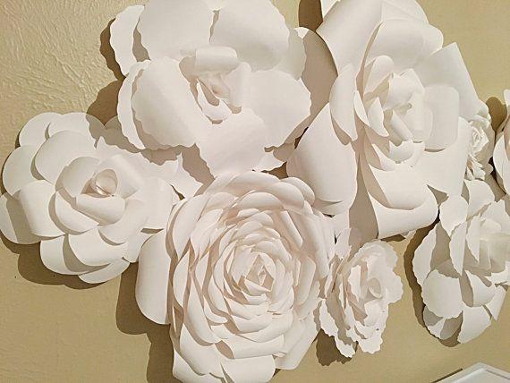 FATTE su ordinazione: Sfondo fiore di carta per matrimoni, feste, servizi fotografici o decorazioni per la casa.  Questo elenco è per una composizione di parete floreale bella carta fatta a mano  Voci comprese: 1 fiore XL 18 2 grandi fiori 12 2 fiori medi 10 3 piccoli fiori 6  MISURA: Con i fiori disposti simili alla disposizione nelle foto, la misura è circa 45 da altra parte (+ \ - 1-2 )  Questi fiori sono un pezzo di arredamento perfetto per qualcosa che va da un servizio fotografico per…