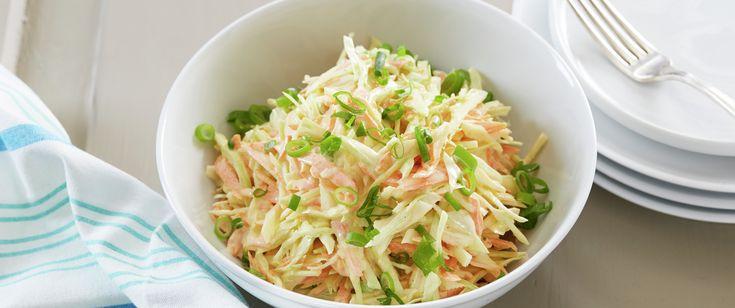 Coleslaw er som en råkostsalat som røres sammen med en blanding av yoghurt og majones.  Her en kjempegod variant med revet hodekål, gulrøtter, hakket vårløk og hvitløk. Supert tilbehør til både kjøtt og fisk.