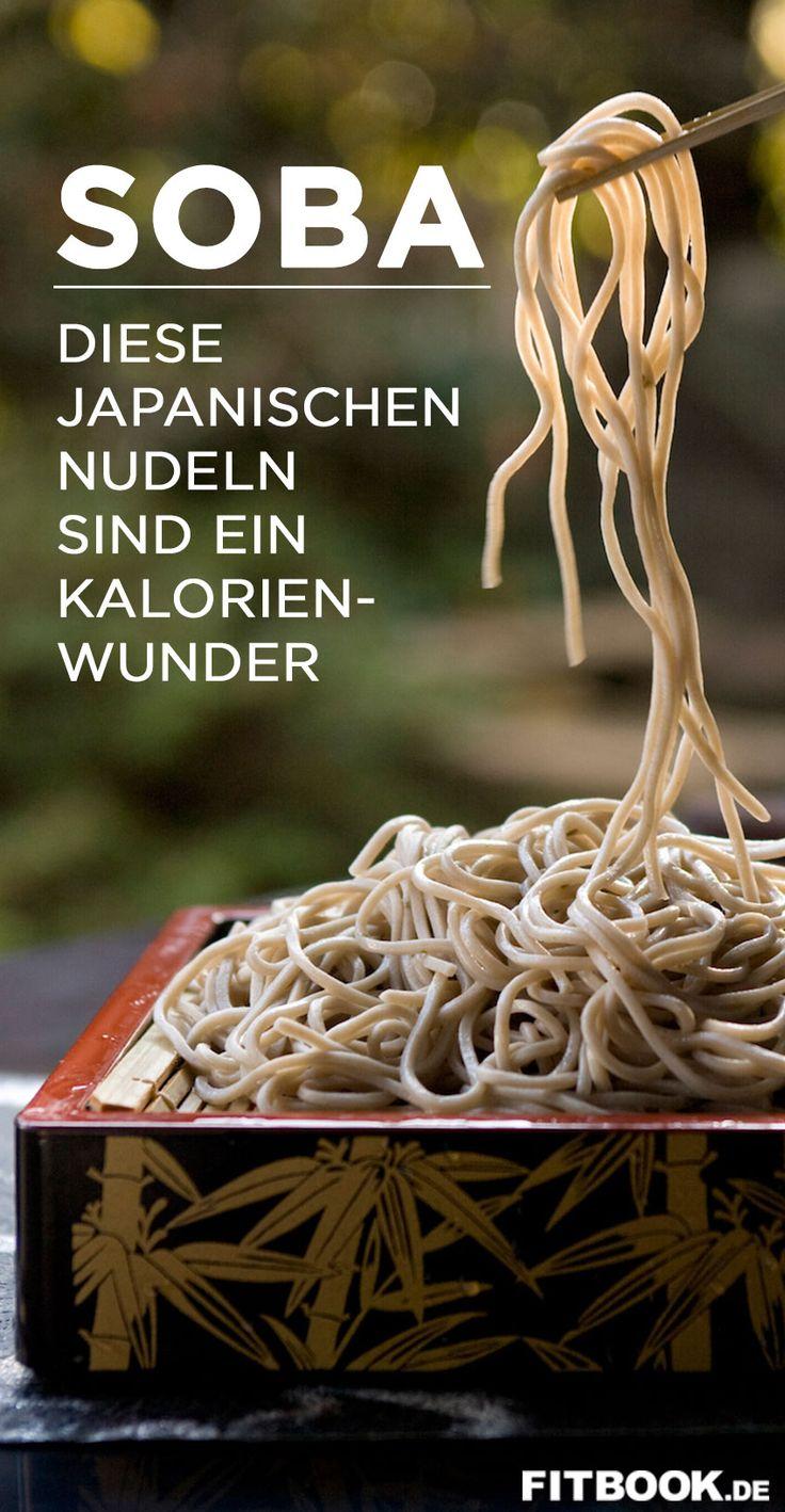 Hierzulande kennen sie nur wenige. Dabei gehört Soba genauso zur traditionellen japanischen Küche wie Sushi oder Tempura. Zum Weltnudeltag verrät FITBOOK alles Wissenswerte über die Buchweizennudeln, die nicht nur mit ihren schlanken Nährwerten gegenüber klassischer italienischer Pasta punkten, sondern auch geschmacklich.