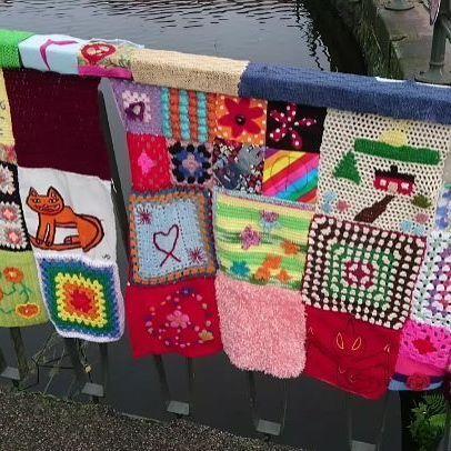 En promenad längs Parkspången. Kan du se din ruta? Hela promenaden finns att se på Facebook. . . #gerillaslöjdgoesnolimit #gerillaslöjd #craftivism #nolimitboras #fiberart #yarnart #textilegraffiti #streetyarn #streetart #gatukonst #virka #crochet #broderi #väva #visytokar #sticka #yarnbombing #parkspången #gerillaslöjdsfestivalen