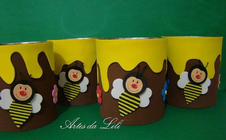 Lata decorada com EVA - abelha e flores <br>Preço referente à lata de 800g decorada <br>Pode ser utilizada para centro de mesa em festas infantis, para guardar objetos, para decoração, etc <br>Consulte o vendedor para decoração em outro tema