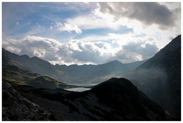 Dolina Pięciu Stawów Polskich widziana z niebieskiego szlaku prowadzącego przez Świstową Czubę w stronę Doliny Rybiego Potoku.