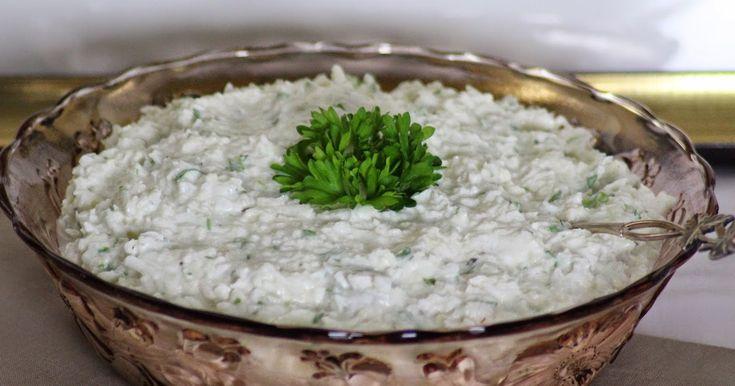 Viime viikkoiselta koulutusreissulta Petäyksestä tarttui mukaan tämä yksinkertaisista yksinkertaisin todella hyvä kukkakaalisalaatti. Louna...