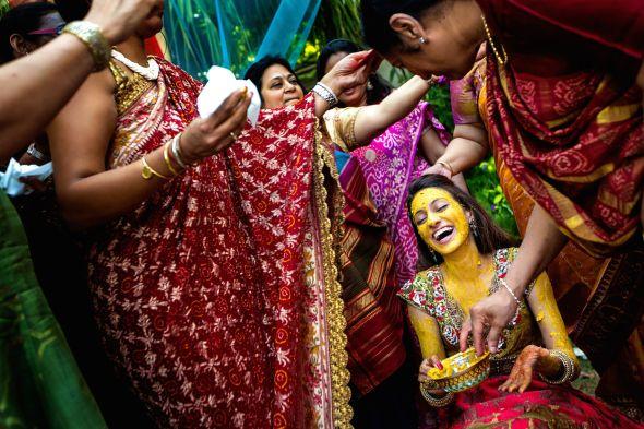 """Foto de Virginia Gimeno - """"Las bodas cambian mucho en el extranjero. Pero, dentro del territorio nacional, también cambian muchísimo. La gente es diferente en una boda en Málaga o una boda en el País Vasco. Y cada vez más gente viene de fuera a casarse a España. Entre otras cosas, se aseguran el buen tiempo. Por ejemplo, nosotros hicimos una boda hindú en Marbella recientemente. Y aunque se traen el DJ o el catering, empiezan a contratar al fotógrafo español"""""""