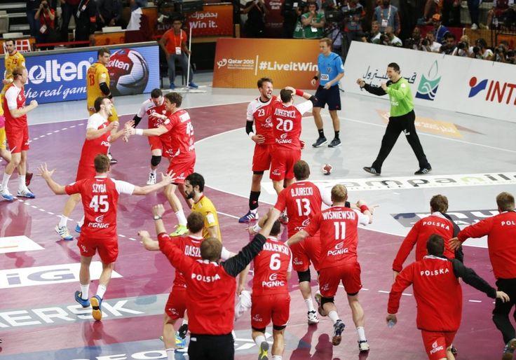 """""""Tak się bawi reprezentacja"""". Szaleństwo w szatni, łzy podczas dekoracji. http://sport.tvn24.pl/pilka-reczna,123/wielka-radosc-w-szatni-tak-sie-ciesza-polacy-z-brazowego-medalu,511305.html?magazineSubcategory=0"""