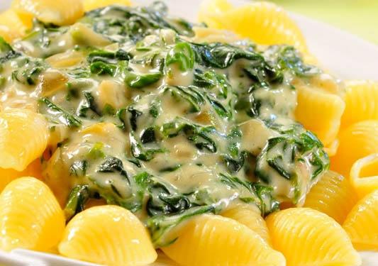 Makaron w sosie szpinakowym