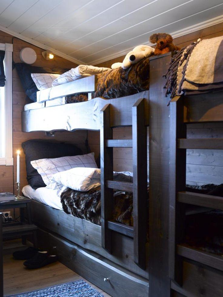 KØYEROM: Hytteeieren har sydd gardinene på rommet og puter av stoffrestene. Sengene har de bygget selv. Under køyesengene har hytteeierne satt inn Ikea-skuffer som de har kledd med villmarkspanel. Skuffene er praktiske til oppbevaring av sengetøy og klær.