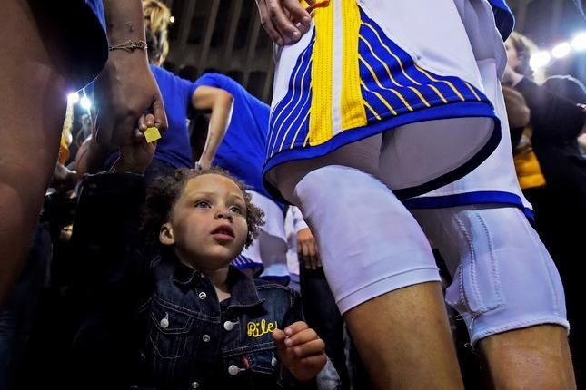 WATCH: Riley Curry engages in dab-off during Stephen Curry's high school jersey retirement