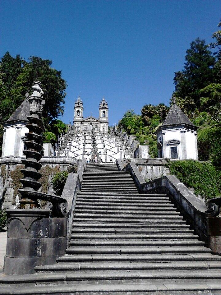 Também conhecido por Bom Jesus do Monte, o Santuário católico dedicado ao Senhor Bom Jesus, Os 581 degraus são um bom desafio a todos aqueles que não gostarem de elevadores.