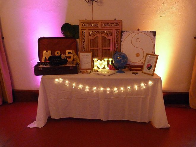 Mariage Afrikasia   La soirée - décoration - table urne et message  par La Vie En Roses Wedding, elles sont si créatives ! Plein de petits détails qui déchirent ! Urne, mapmonde, gifts, malle, Yin Yang , arbre à  empreintes, livre d'or.