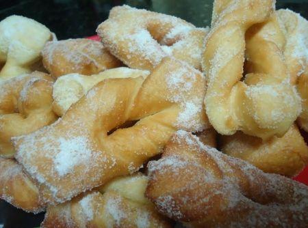 Calzones rotos. Masa dulce frita, espolvoreada con azúcar flor.