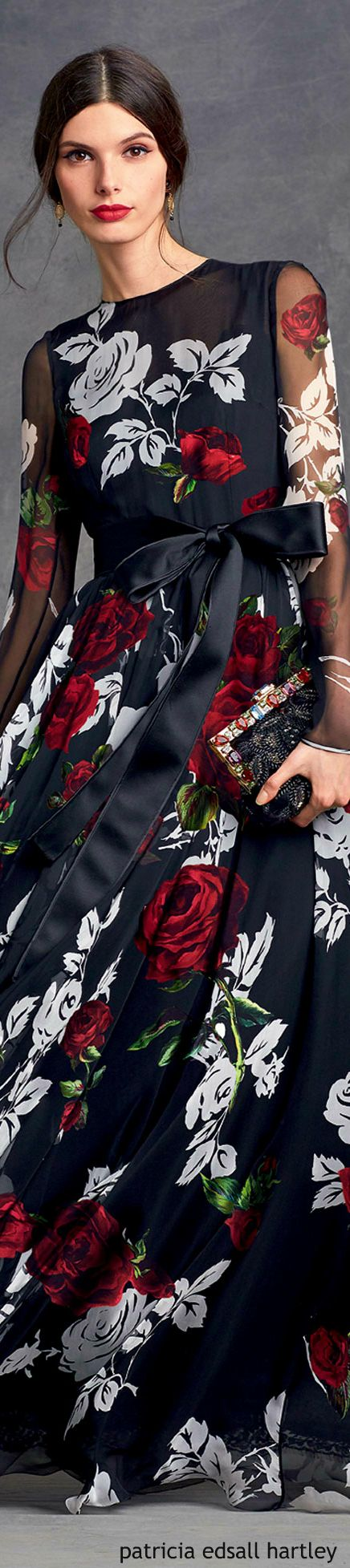 Black dress with touch of red - Outfit Inspiration Black Dress With Red And White Rose Pattern Black Sparkly Clutch