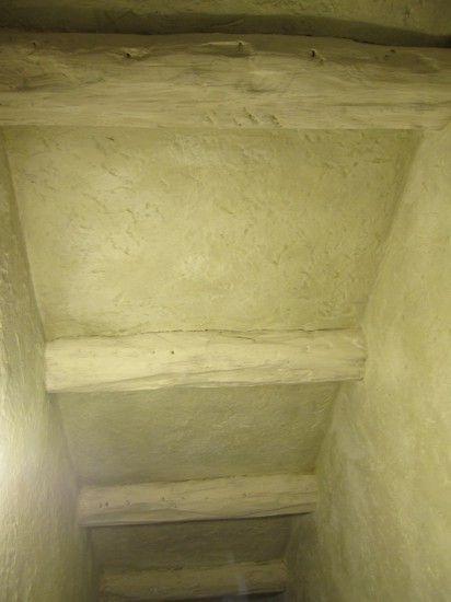 Bajada al sotano ya revestido con mortero y vigas decorativas, para crear el estilo desde el principio de las escaleras