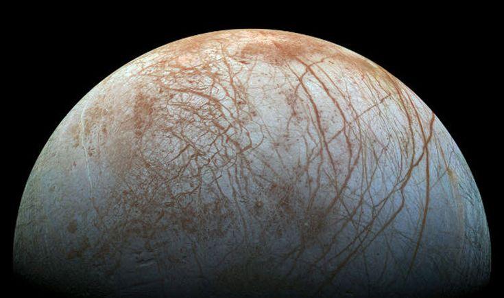 Europa, één van de 63 manen rond de planeet Jupiter. In 2022 stuurt de Europese ruimtevaartorganisatie ESA een sonde naar Europa om te ontdekken of er zich water bevindt op de maan rond Jupiter. Maar ook de Nasa stuurt een aparte missie naar Europa. De maan is volgens Nasa één van de meest veelbelovende plekken in het zonnestelsel.